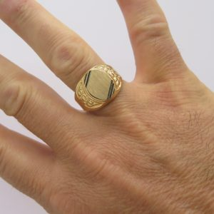 Anello scudo uomo in oro giallo 18 ct