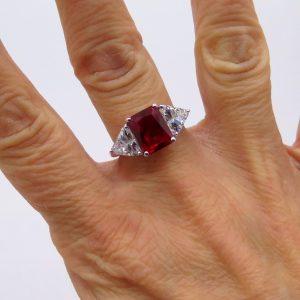 Anello centro pietra rossa in argento 925 e pietre triangolari