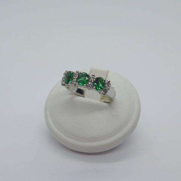 Anello classico in argento 925 e pietre verdi