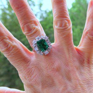 Anello contorno in chiave moderna in argento centro verde color smeraldo